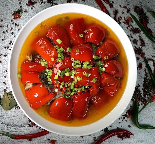 銷售至今超過5億元台幣的〈開門紅〉,是從湘菜〈剁椒魚頭〉得到靈感而被成都大蓉和餐廳廚藝團隊改良而來的新派川菜。(攝影/姚舜)