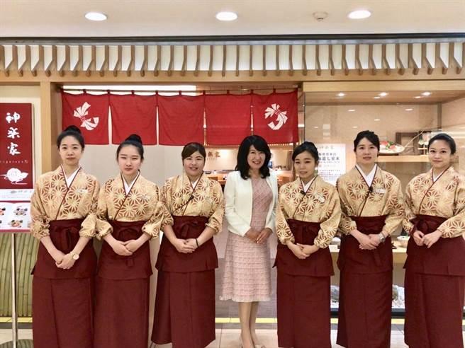 台灣莉寶董事長日下智重子(中)身邊服務生穿的全新制服與日本本店同款不同色。(SOGO提供)