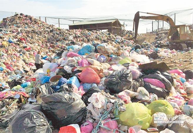 澎湖垃圾暫停外運,兩星期上千噸垃圾囤積。(陳可文攝)