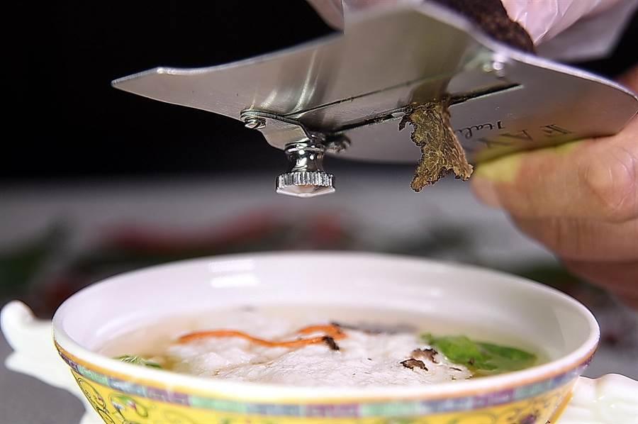 「吃雞不見雞」的〈雞豆花〉是自清末即有的百年名菜,王正金還現包松露提味增香。(攝影/姚舜)