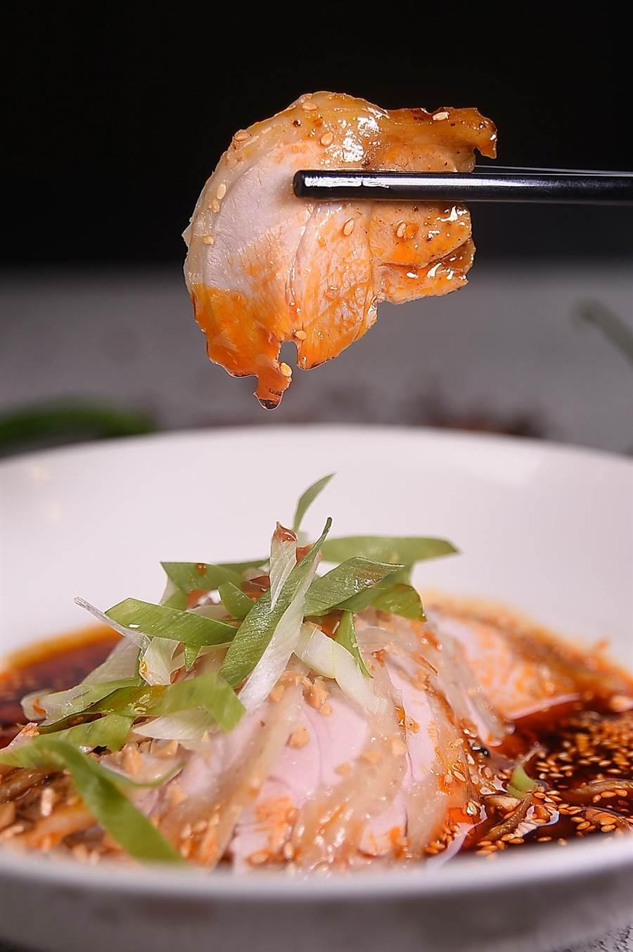 〈缽缽雞〉吃的是皮脆肉嫩與麻辣鮮香的雞肉片,本是川味小吃,王正金將它變身為酒樓宴會菜式。(攝影/姚舜)