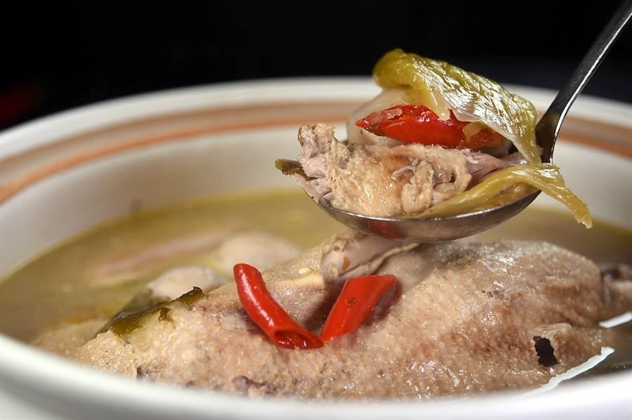 〈酸菜芋兒燉老鴨〉的湯頭因泡酸菜扮演了去油解膩的功能,湯頭不似杭幫名菜〈老鴨煲〉那麼油,喝來舒袒開胃。(攝影/姚舜)