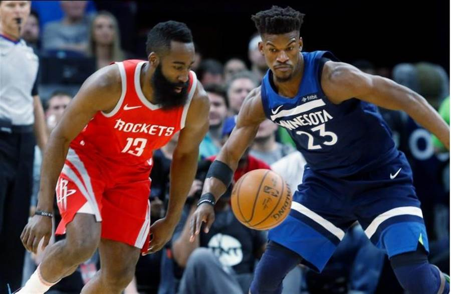 哈登單節狂砍22分,火箭第三節攻下NBA季後賽史上單節次高50分,徹底打爆灰狼,3比1聽牌。(美聯社)