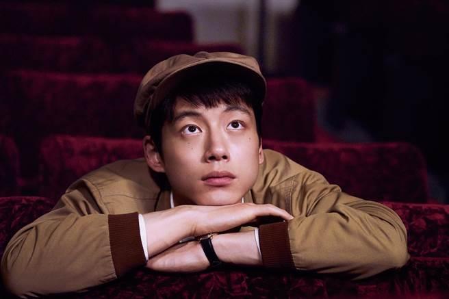 坂口健太郎在片中飾演夢想當電影導演的純真青年。(采昌提供)