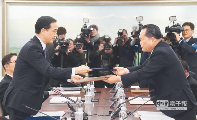 兩韓將於27日舉行領袖會談。南北韓組成人員已經選定。但北韓暫不公布。圖為南韓統一部部長趙明均(左),與北韓祖國和平統一委員會委員長李善權今年1月9日在平昌冬奧會談後交換文件。(美聯社)