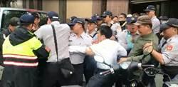 衛服部疾管署長遭波及 被陳抗民眾包圍拉扯