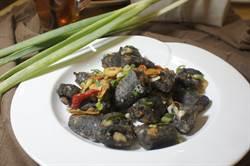 「阿秋大肥鵝」墨魚香腸 餐桌上奢華的下酒菜