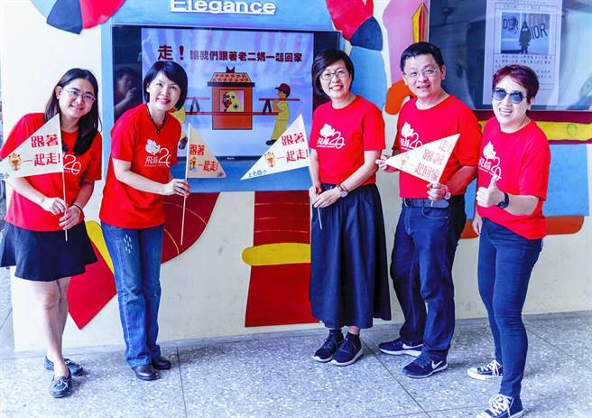上石國小校長鄭淑真(左2)指出將帶著三角旗,讓師生與家長體驗屬於老二媽的宗教民俗活動盛況。(黃國峰翻攝)