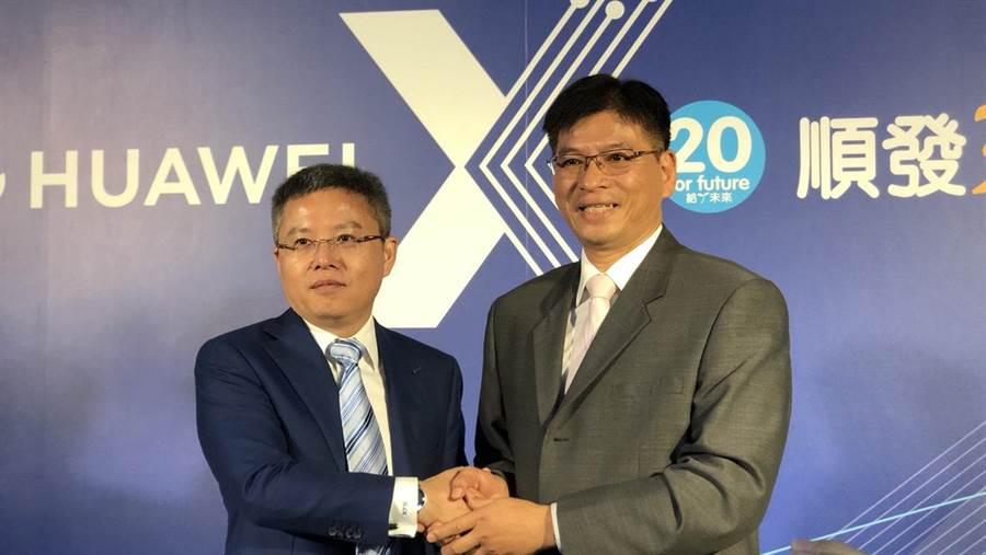 華為技術台灣總代理訊崴技術總經理雍海(左)與順發電腦董事長兼總經理吳錦昌。(圖/黃慧雯攝)