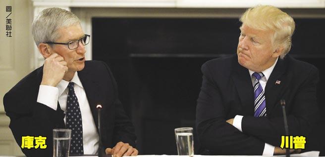 中美貿易戰 庫克扮和事佬庫克(左)、川普(右)
