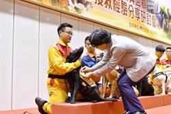 花蓮震災 葉俊榮向救難英雄致敬  搜救犬也獲胸章