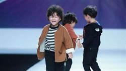 4歲小童星走秀遇臨時狀況,笑顏展「超模風範」讓大家更愛他惹