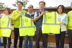 高市議長捐贈LED發光背心 提升清潔隊員安全