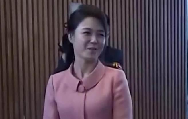 北韓第一夫人李雪主身穿粉紅色套裝,甜美現身媒體面前。(圖/路透)