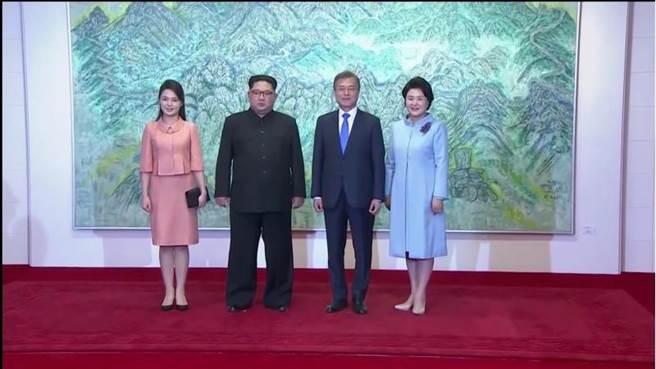 由左至右分別為:北韓第一夫人李雪主、北韓最高領導人金正恩、南韓總統文在寅和南韓第一夫人金正淑。(圖/路透)