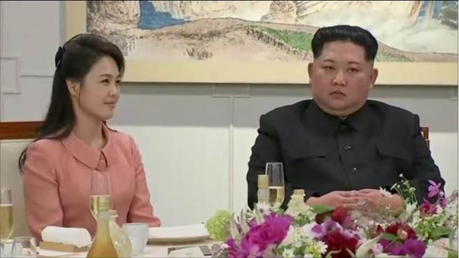 北韓領導人金正恩和第一夫人李雪主在歡迎晚宴上。(圖/路透)