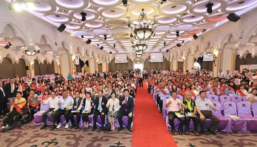 台中市政府在51勞動節前夕,27日於南屯區常港城舉辦模範勞工表揚大會,今年共評選出136位勞工、進用身心障礙績優單位代表12位接受表揚。(張妍溱攝)