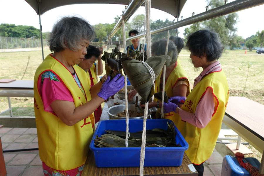 台南市環保義工一個上午就包了好幾千個粽子。(曹婷婷攝)