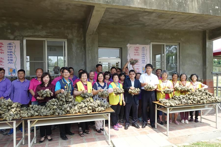 台南市環保義工一個上午就包了好幾千個粽子,分贈到各區清潔隊。(曹婷婷攝)