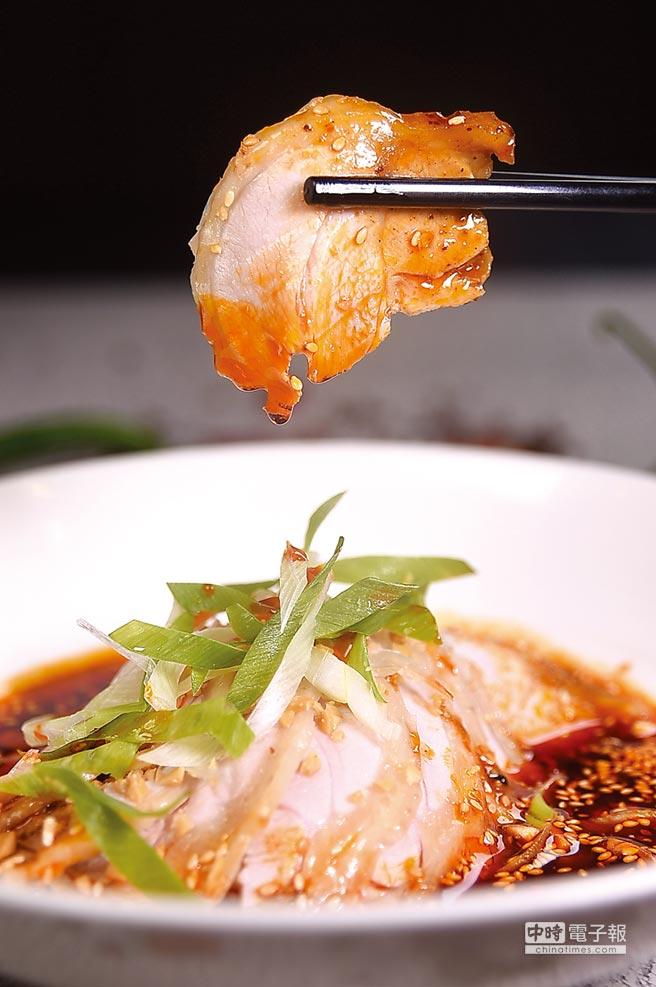 〈缽缽雞〉吃的是皮脆肉嫩與麻辣鮮香的雞肉片,本是川味小吃,王正金將它變身為酒樓宴會菜式。圖/姚舜