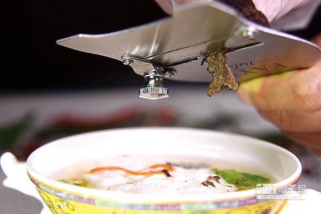 「吃雞不見雞」的〈雞豆花〉是自清末即有的百年名菜,王正金還現刨黑松露提味增香。圖/姚舜