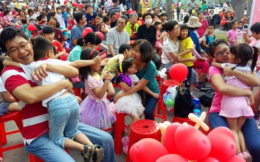 屏東家扶在428「兒童保護日」號召800民眾愛護兒童,關注保護受虐兒,並舉行「愛的抱抱」,讓小朋友感受到大人滿滿的愛意。(潘建志攝)