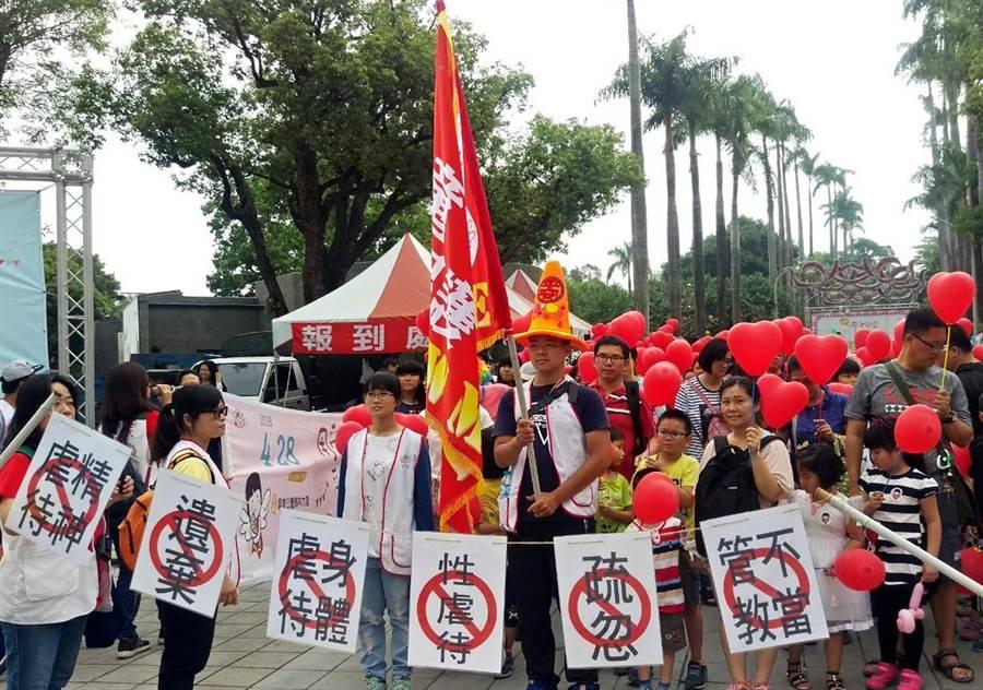 屏東家扶在428「兒童保護日」號召800民眾穿著紅衣、手持愛心紅氣球走上街頭,一起愛護兒童,關注保護受虐兒。(潘建志攝)