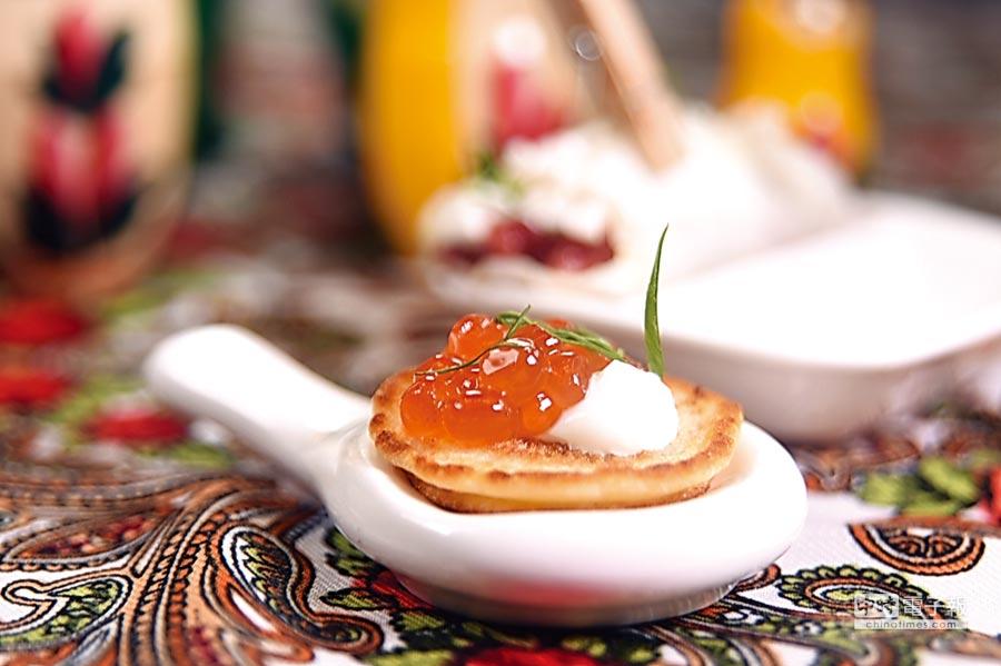 俄羅斯迷你煎餅,上有鮭魚卵和酸奶提味。圖/姚舜