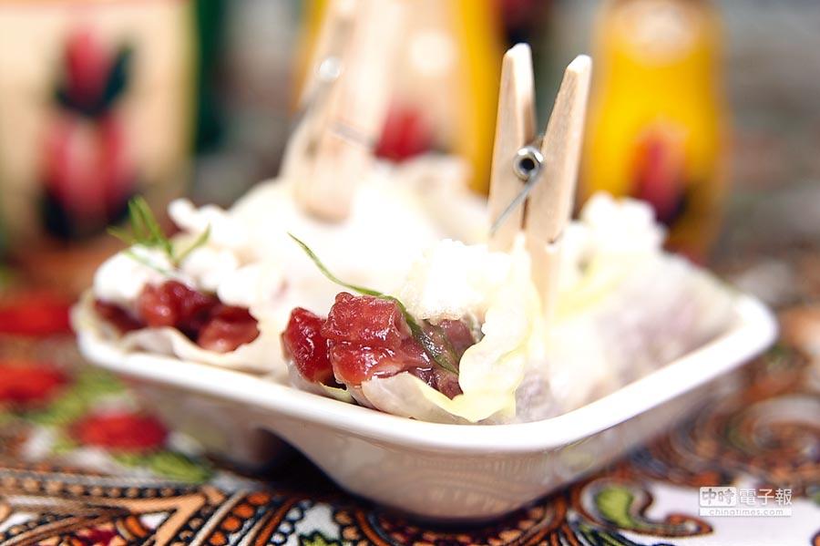 高麗菜葉內捲著韃靼生牛肉和酸奶,是進化版的俄羅斯傳統美味。圖/姚舜