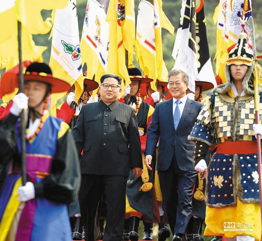 南韓總統文在寅(右),陪同北韓領導人金正恩(左)於板門店廣場檢閱南韓傳統儀仗隊和三軍儀仗隊。(美聯社)