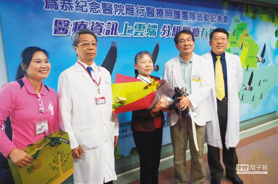 65歲劉女士(中)是「雁行計畫」的個案,利用大醫院小診所的相互合作,讓劉女士得到良好的醫療照護。(李佳玲攝)