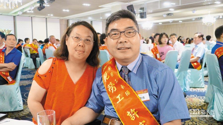 10年前曾獲選為文化部「台灣工藝之家」的脊髓損傷陶藝師許宗換(右)13年來指導偏鄉兒童捏陶,今年也獲彰化縣身障模範勞工表揚,昨天在太太陪同下出席領獎。(謝瓊雲攝)