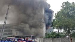 敬鵬大火連燒16小時 消防員忍悲痛持續灌救