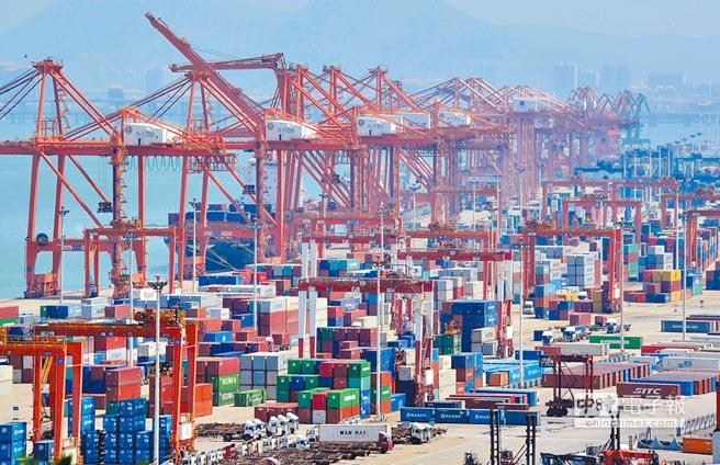 現下,「第四次工業革命」已然到來,兩岸傳統的經貿合作亦需向更富創新的方向轉軌。隨著制度型開放的不斷實現,大陸的營商環境與國際接軌,為台商與大陸合作走向「質」的轉變不斷掃清障礙。圖為廈門港。(中新社)