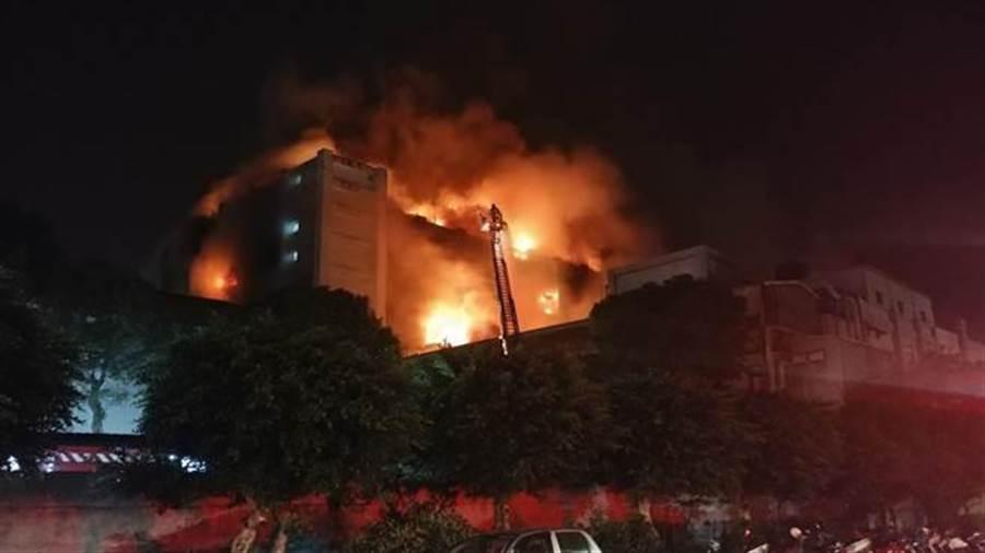 平鎮工業區一電子工廠28日晚間發生大火,警消正灌救中。(賴佑維攝)
