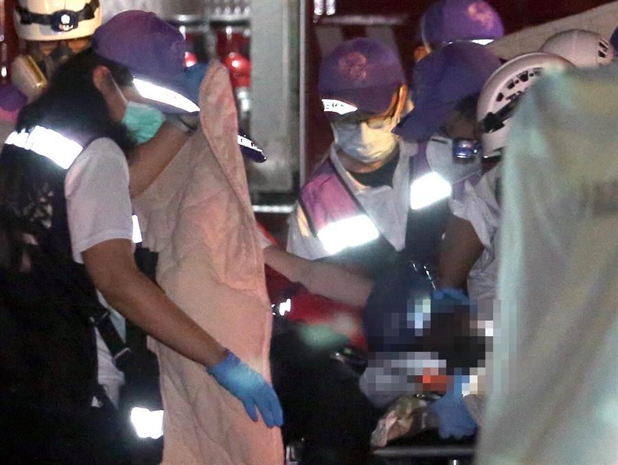 敬鵬工業公司平鎮廠28日發生火警,急救人員將命危的消防員送醫急救。(范揚光攝)