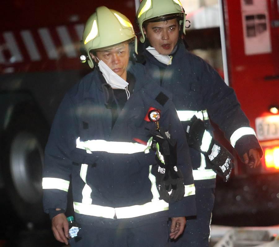 其他在場值勤的消防員得知不幸消息後不禁面色凝重。(范揚光攝)
