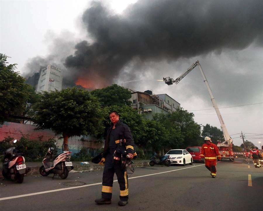 工廠火警火勢延燒至早上還無法撲滅。(范揚光攝)