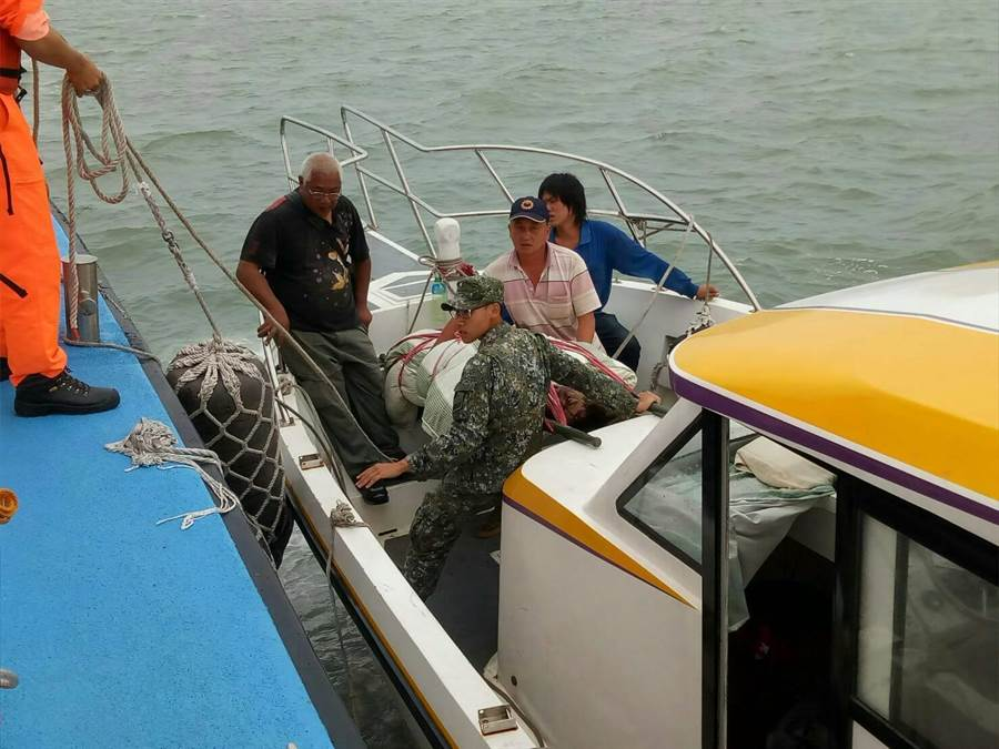 金門海巡隊派遣船艇護送李姓工人回金門本島就醫。(金門海巡隊提供)