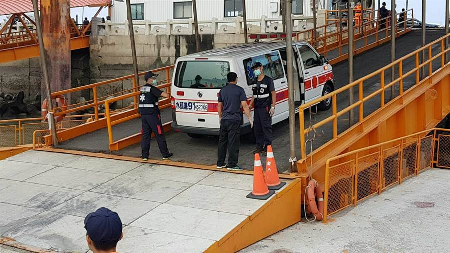 金門縣消防局救護車在水頭碼頭待命,接駁李姓工人就醫。(金門海巡隊提供)