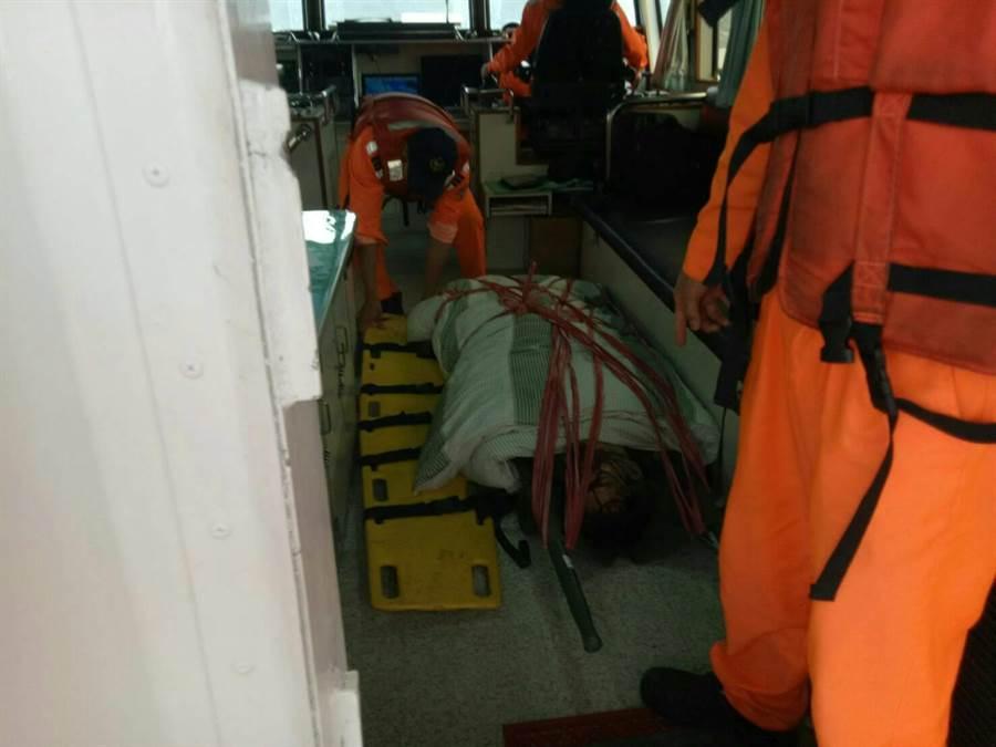 桃園籍李姓工人送醫搶救,最後仍因傷重不治。(金門海巡隊提供)