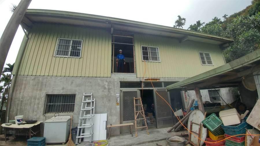 南市勞工局與修繕志工團隊深入海拔600公尺的東山山區,替弱勢家庭修繕房屋,讓就讀國小的陳姓兄妹一家5口都能有各自的房間。(莊曜聰攝)