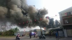 台南藥理大學附近回收場大火 濃煙沖天