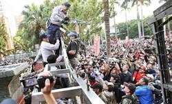 「不坐視違憲亂國的法案成立!」八百壯士今再衝立院