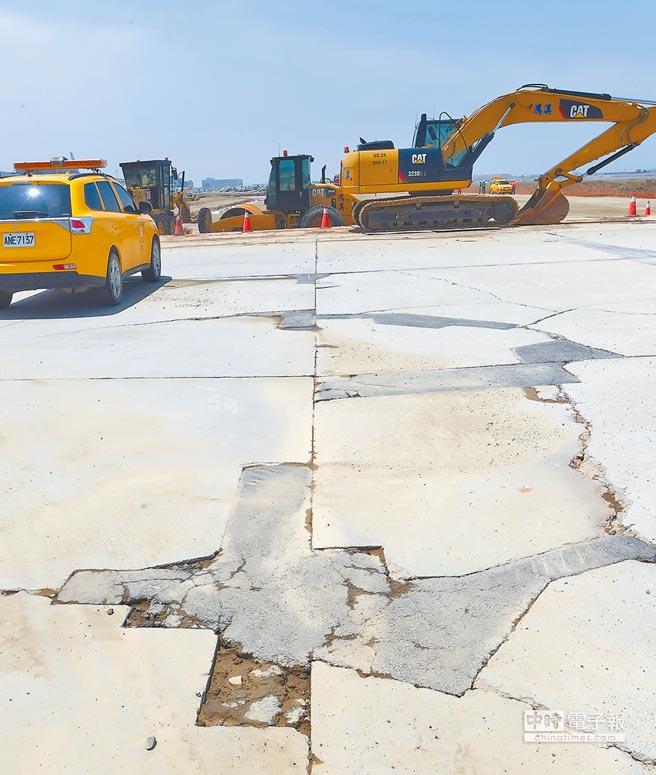 桃機滑行道目前整修情況,將針對破損處修補,以便暫時維持使用。(陳麒全攝)