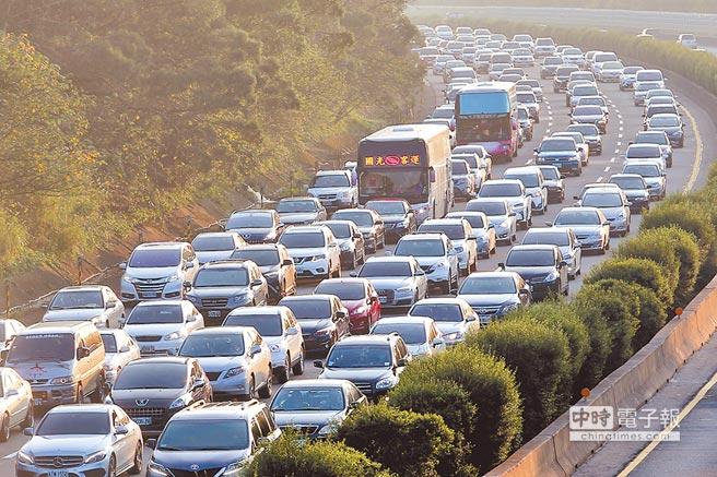 農曆春節連假,國道3號龍潭到大溪路段塞車嚴重,宛如大型停車場。(黃世麒攝)