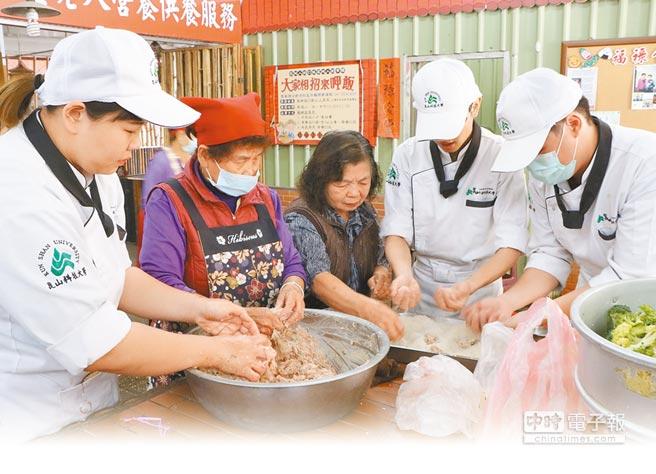 崑山科大師生以「崎聚」為發想,首場活動開辦「阿嬤總舖師」烹煮在地佳餚,促成老人與年輕人的美好相遇。(曹婷婷/攝影)