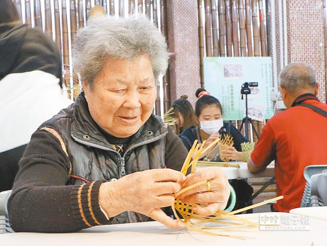 龍崎以竹編為出發點,企圖重塑在地產業風光,老人家亦能找到樂趣。(曹婷婷/攝影)