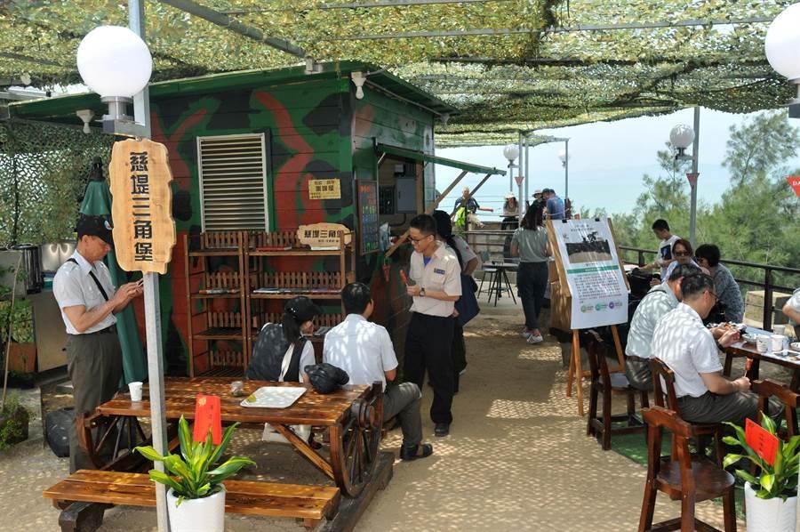 偽裝網下的三角堡小賣店,提供不一樣的旅遊體驗。(李金生攝)