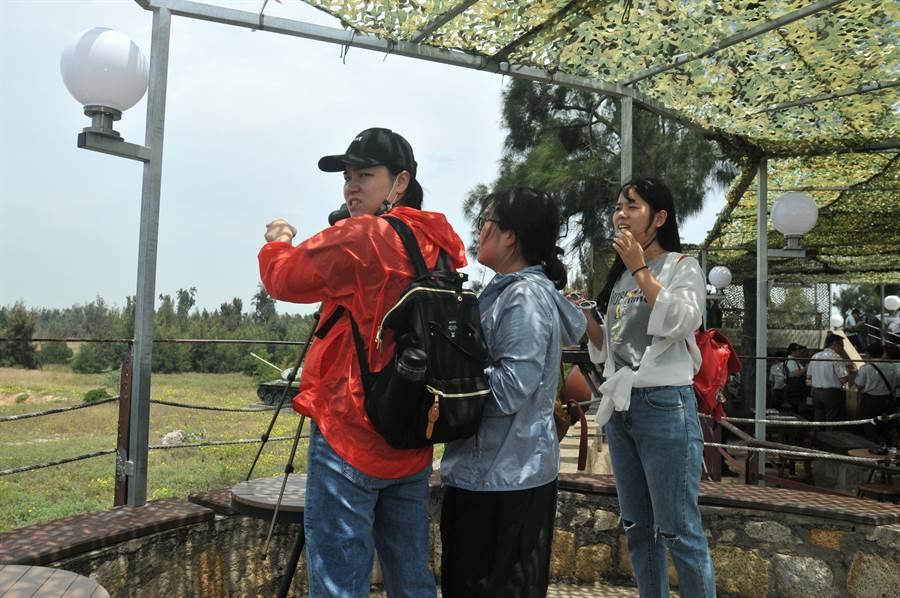 來自大陸泉州的自由行觀光客,開心遊覽慈湖三角堡的美景。(李金生攝)